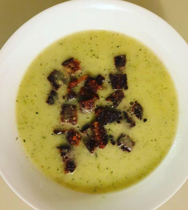 Zucchinisuppe mit Croutons