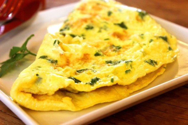 Omelett mit Hüttenkäse und Salat