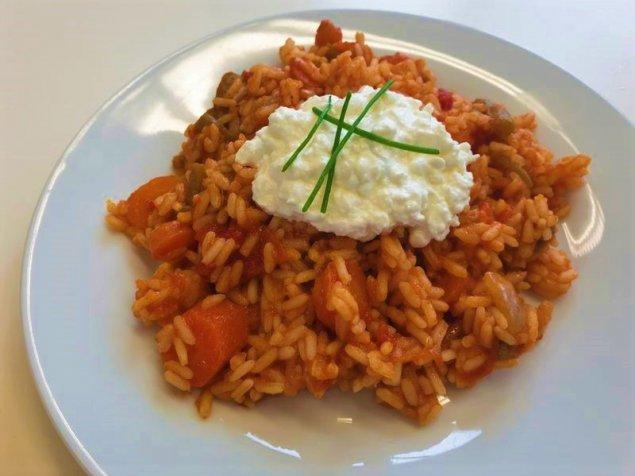 Pikante Reis-Gemüse-Pfanne mit Hüttenkäse