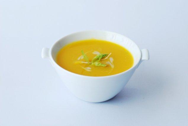 Süßkartoffel-Kurkuma-Suppe mit Kichererbsen
