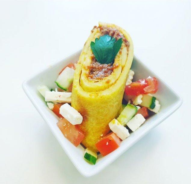 Mini Bolognese-Pfannkuchen auf Salat