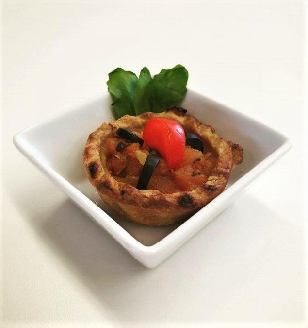 Mini Quiche mit Tomaten und Oliven