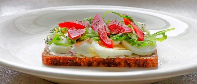 Belegte Brote mit Paprika und Ei