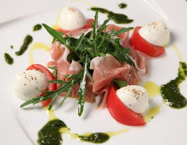 Serrano-Rucola-Salat mit Mozzarella