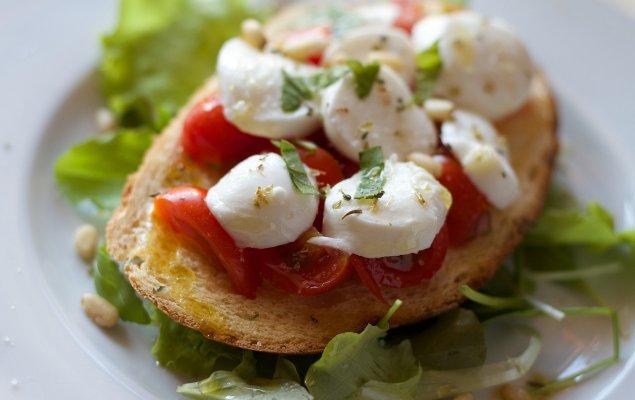 Bruschetta mit Tomaten und Büffelmozzarella