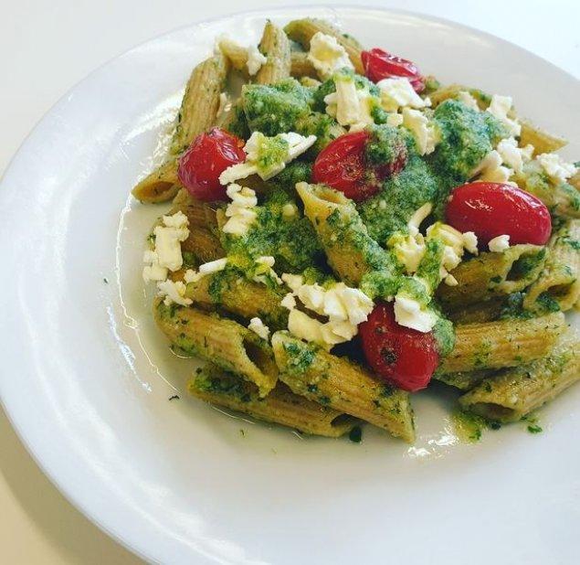 Bio Protein-Pasta mit Pesto, Hähnchen und Feta