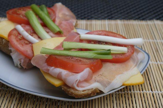 Belegte Brote mit Schinken und Käse