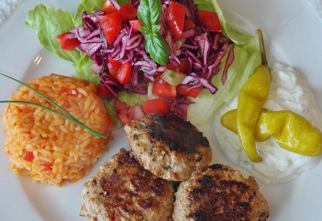 Fleischpflanzerl mit Reis und Salat