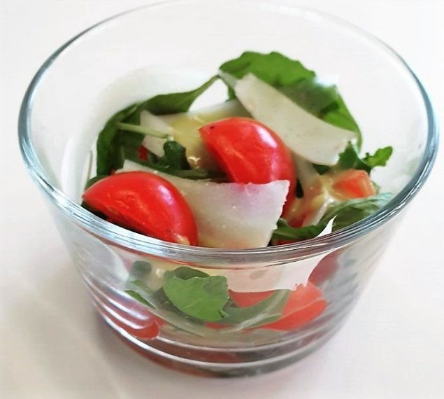 Mini Rucola-Kirschtomaten-Salat mit Parmesan