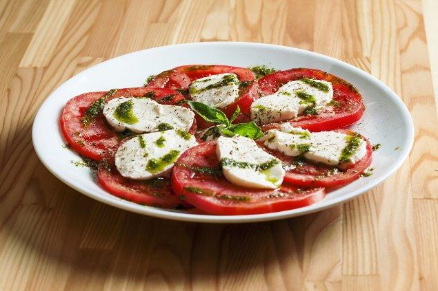 Tomaten-Mozzarella-Salat mit Pesto