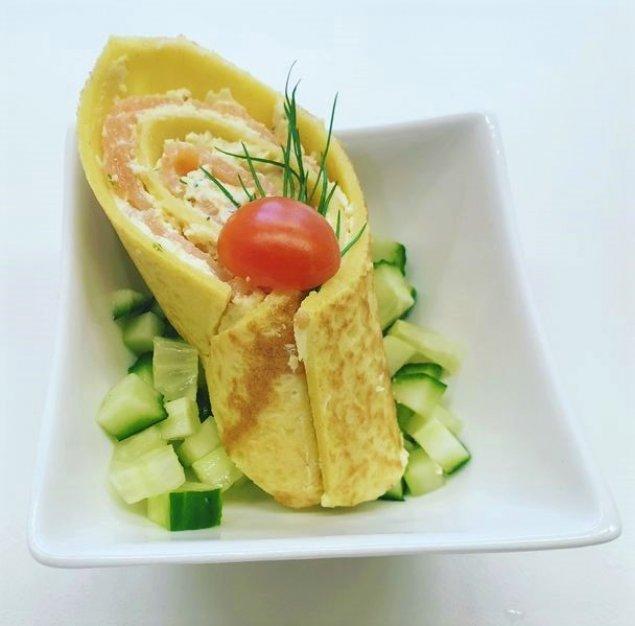 Lachs-Pfannkuchen-Roulade auf Salat