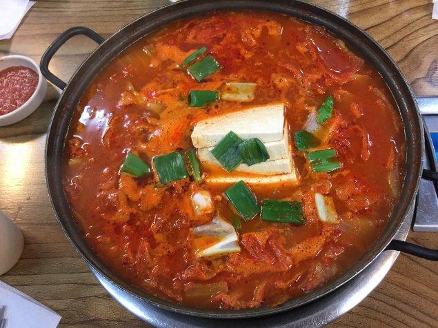 Paprika-Tomaten-Suppe mit Schafskäse