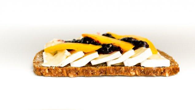 Belegte Brote mit Camembert und Mango