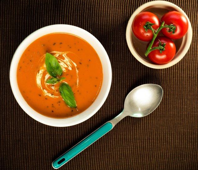 Tomaten-Quinoa-Suppe mit Hüttenkäse