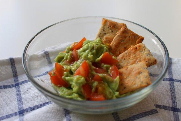 Guacamole mit Crackern