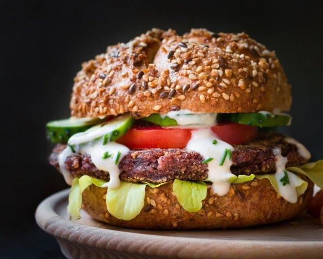 Vollkorn-Burger mit Kalbfleischpflanzerl