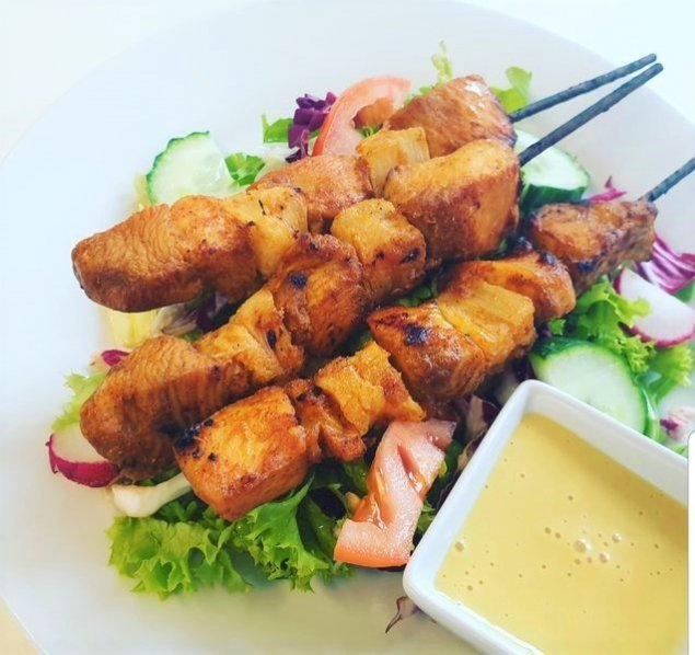 Salat mit Hähnchen-Ananas-Spießen