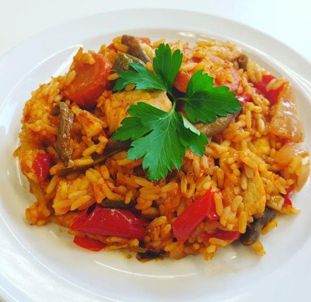 Pikante Reis-Gemüse-Pfanne mit Hähnchen